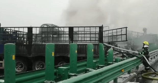 陕西包茂高速一路段43辆车相撞:明火已扑灭,伤亡正在核实