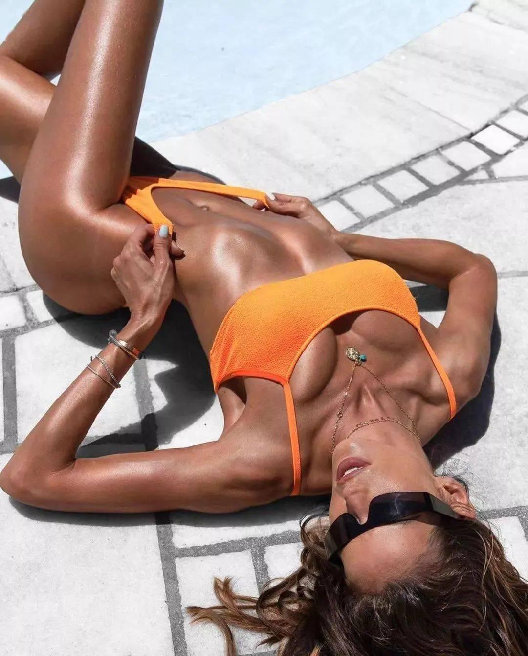不晒自拍晒腹肌,36岁的她单靠背影就秒杀了大半个时尚圈!