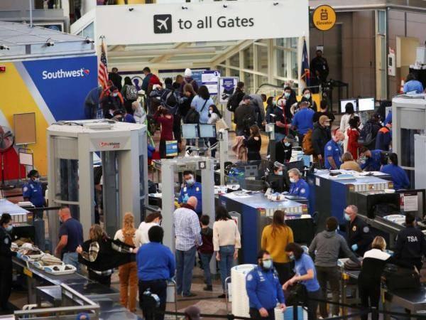 超800万美国人假期乘机出行 福奇:疫情或一浪接一浪地暴发