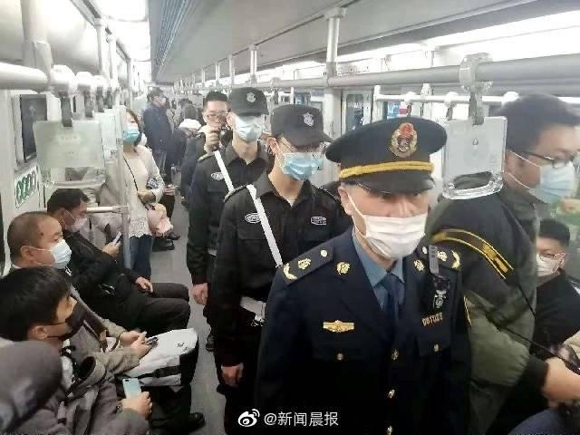 魔都地铁今起禁止手机声音外放,乘客若不听劝或被移交警方!