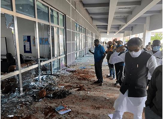 一台企在印度的苹果工厂遭2000人砸毁,劳工纠纷还是暴力犯罪?