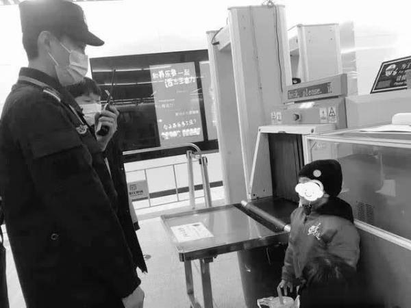 石家庄:接连两天发生小孩走失的事 幸好地铁辅警帮他们找到家人
