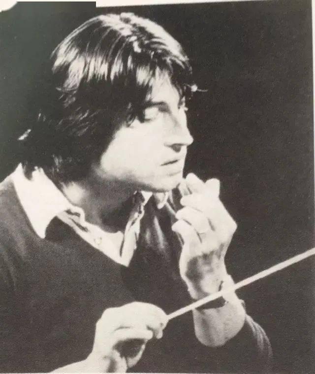 他六次站在维也纳新春音乐会指挥席,且文笔出众……