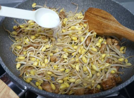 美食:肉片炒芽粉的做法,口感上Q弹爽滑、脆嫩多汁