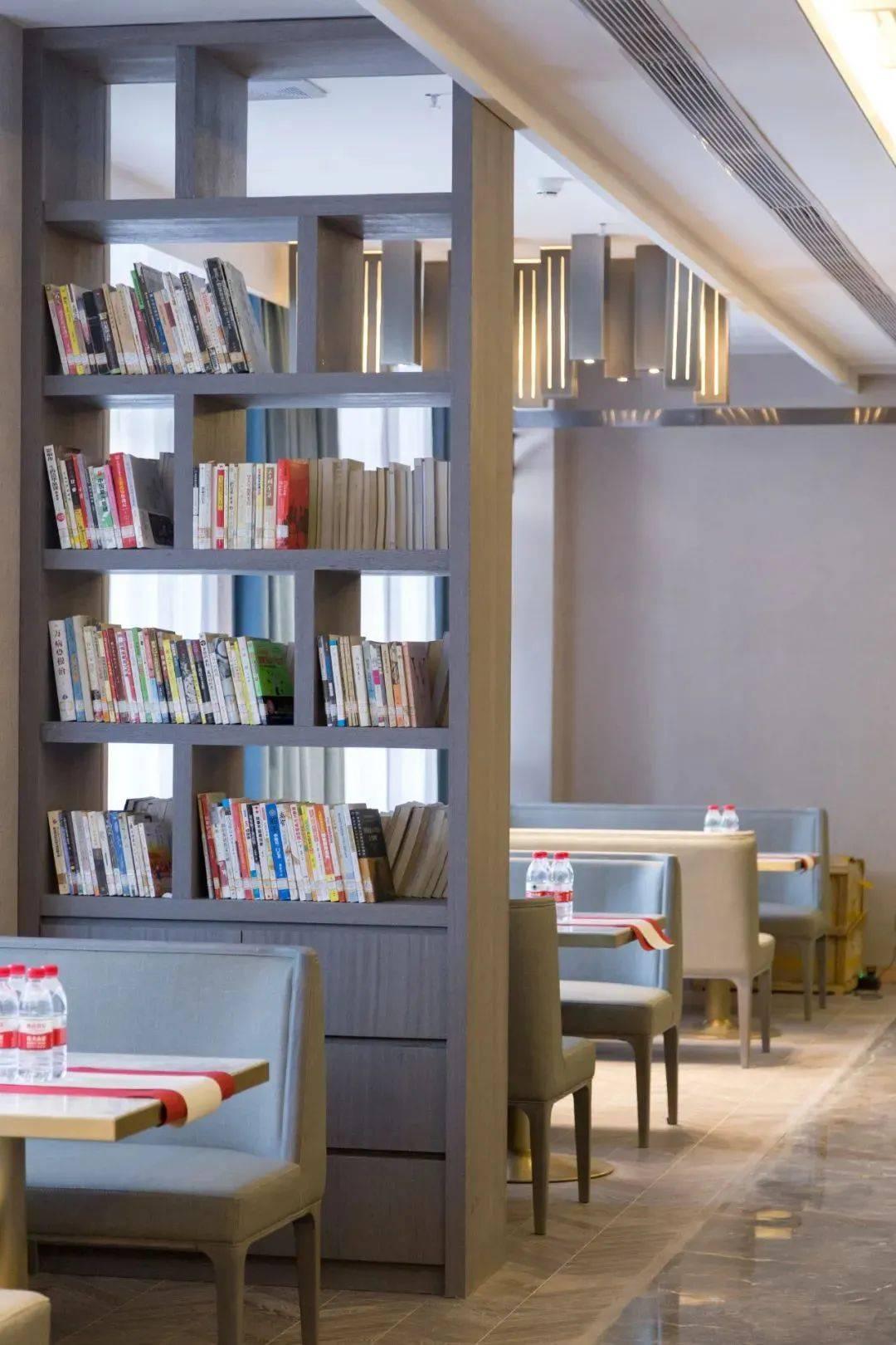 把菜做成诗,把图书馆搬进餐厅里
