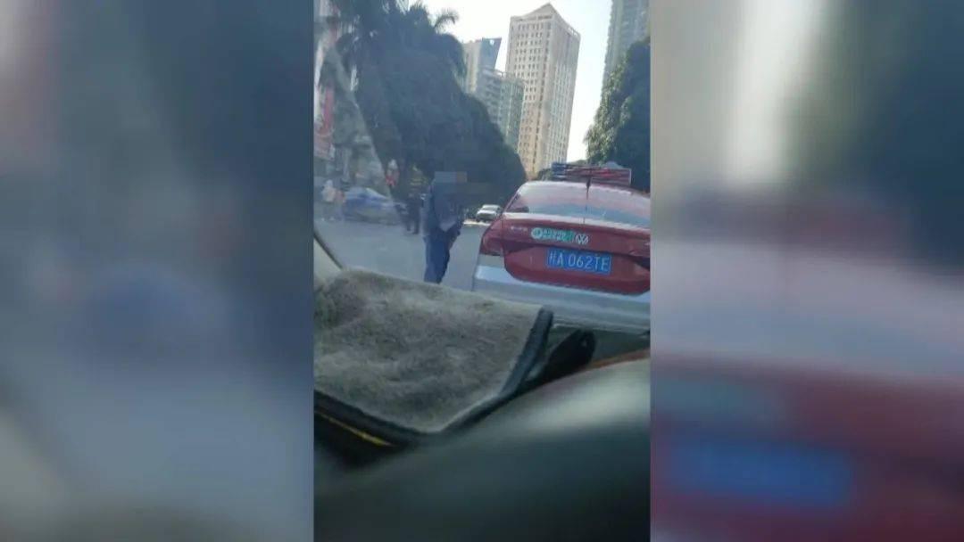 ►南宁一的哥开车内急,当街小便被拍下!