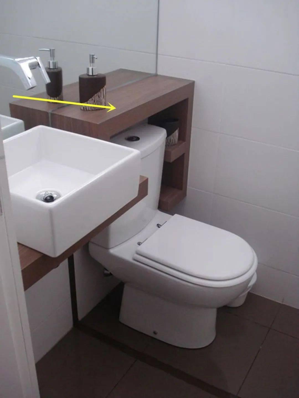 卫生间小不是借口,马桶上装块木盖板,不用柜子瓶瓶罐罐收拾整齐!