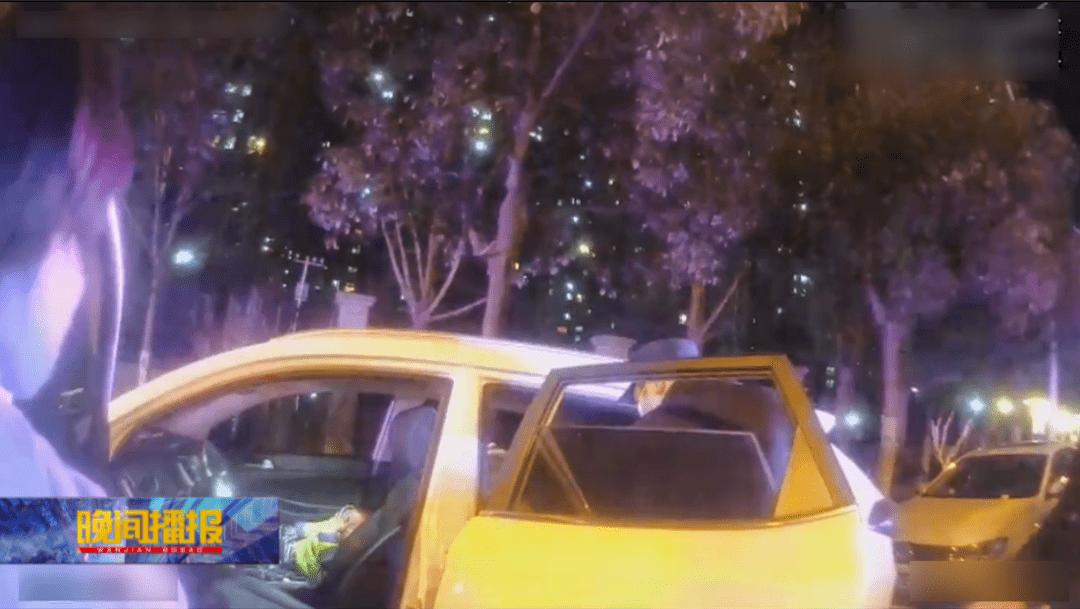 悬!两孩童被锁车内,警民联手紧急救援!