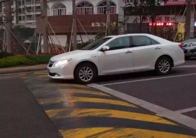 减速带对车伤害究竟有多大?汽车连过50个减速带,结果触目惊心!