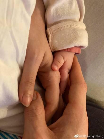 向佐郭碧婷女儿出生一百天  晒出一家三口牵手照