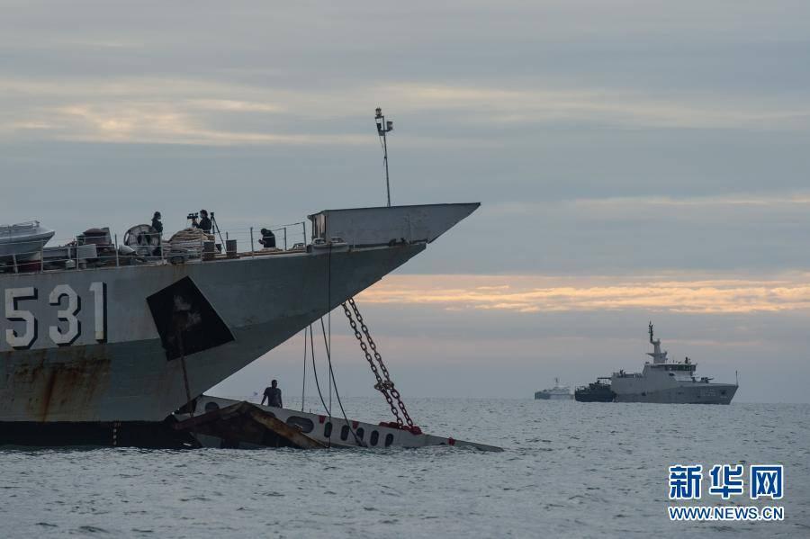 印尼搜救人员打捞起失事客机部分遇难者遗体
