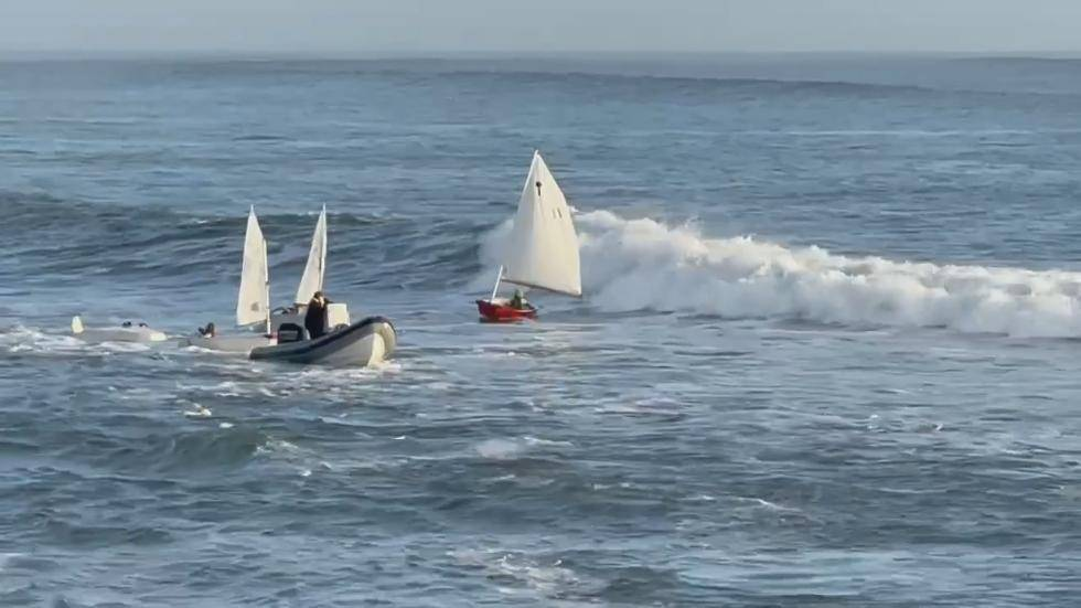 美国加州7米高惊涛骇浪将游艇弄翻12名小孩落入水中