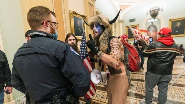 """美议员指控:国会骚乱有人""""里应外合"""",前一天带人""""进去踩点"""""""