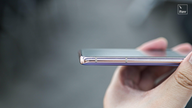 三星 Galaxy S21 系列首发上手:摄像头设计很吸睛,超大杯能同时开 2K+120Hz 了