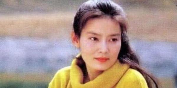 她嫁大8岁的导演,结婚8年惨遭抛弃,64岁被朱军开玩笑