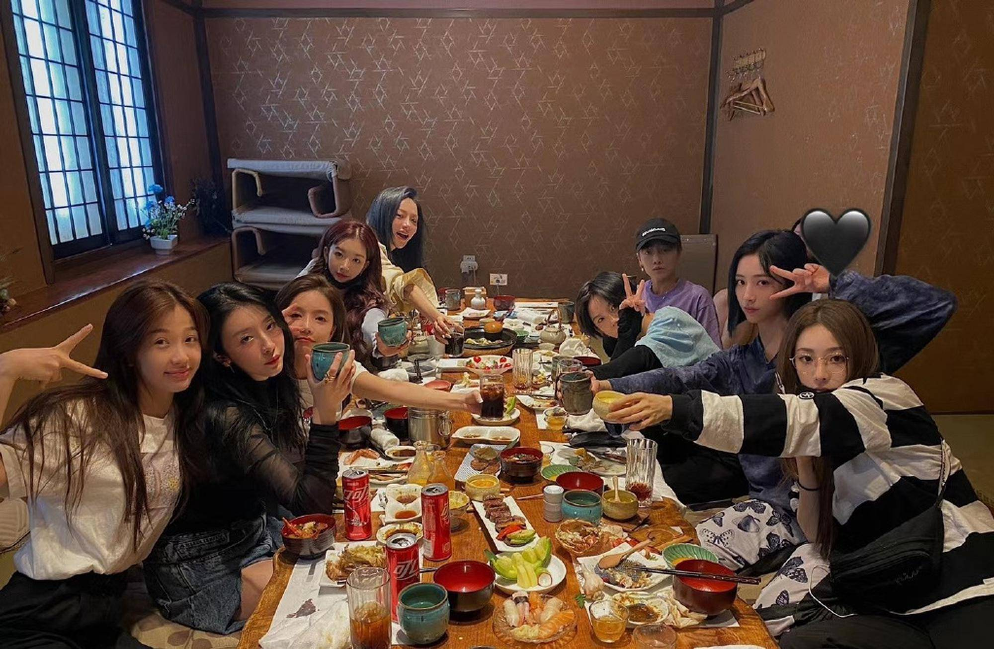 THE9聚餐合照 LISA导师发文祝贺THE9出道