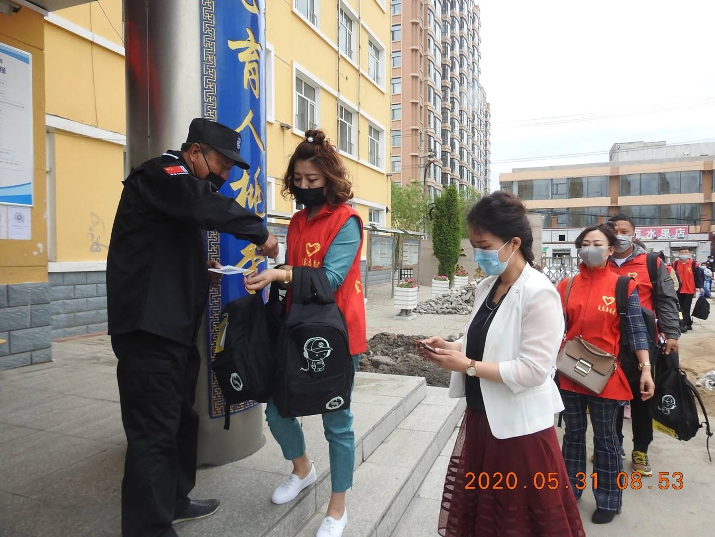 """克东县志愿者协会携手县妇联开展情暖""""六一""""献爱心活动"""