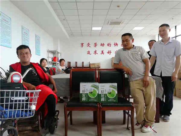 残障伙伴看望残障工人、送上夏日清凉