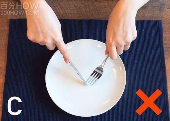 吃西餐刀叉怎么拿,西餐刀叉标准优雅的拿法左右手图解 网络快讯 第3张