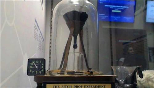持续了近100年的沥青滴漏实验,熬死了2名教授,究竟要证明什么?