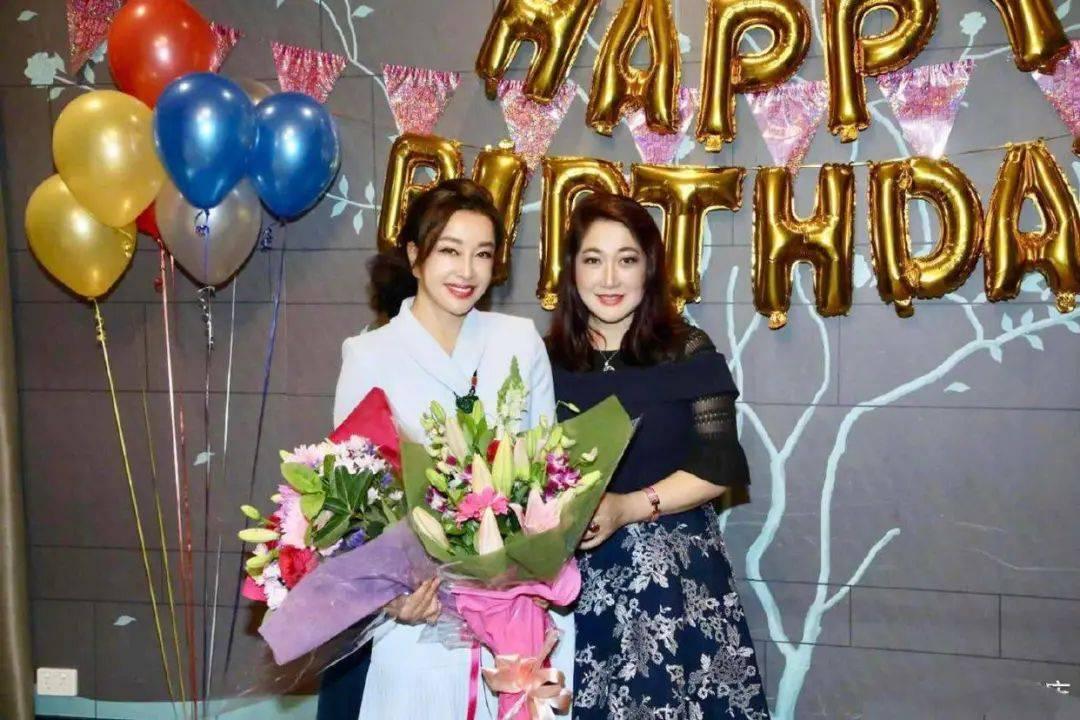 刘晓庆,一个原始而不温柔的人,真的是一个粉丝,穿着一件优雅而高级的白色西装裙,充满知性女性气质