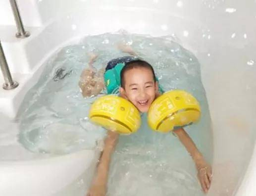 婴幼儿游泳比的从来不是速度,而是态度