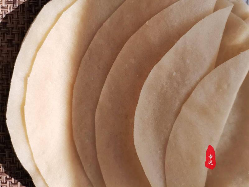老两口分工合作,一人蒸饼一人炒菜,丰盛又实惠家的味道