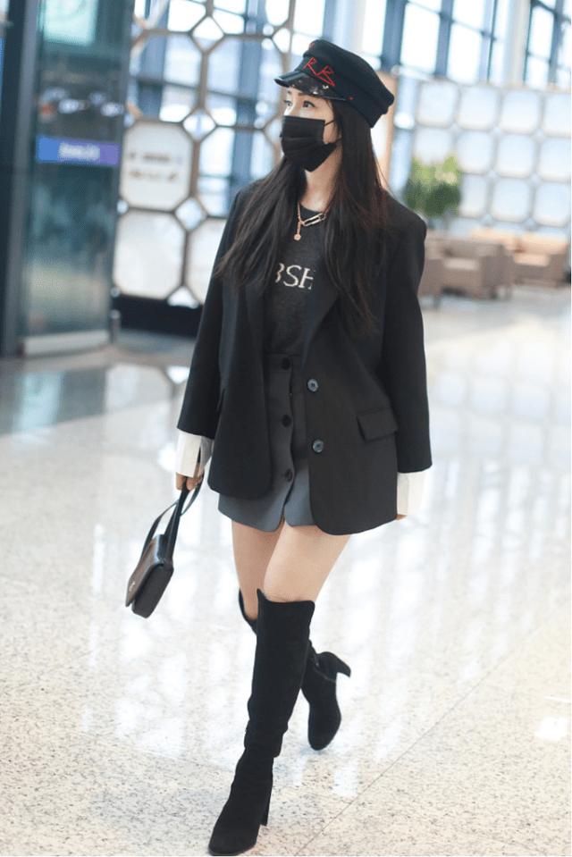 伊能静光腿斗魂走机场,年过半百这么拼,比小姑娘还会穿,有点冷