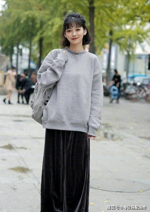 """原创""""纯色卫衣""""怎么搭才时髦?今年流行这""""3种""""穿法,减龄显气质"""