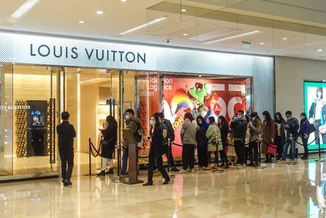 奢侈品布满涨价!LV一年涨四次,产品卖断货网友悔恨买少了