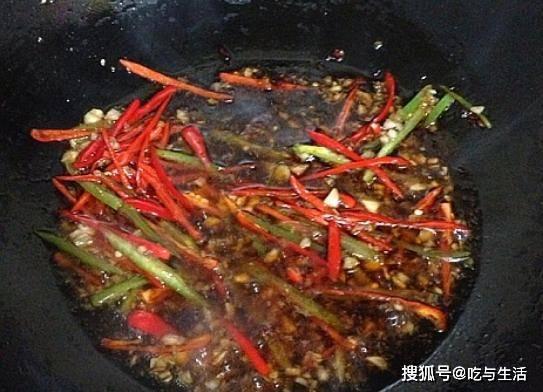 凉菜别只会拍黄瓜,这道凉拌嫩姜丝吃着更美味,脆爽入味帮助消化