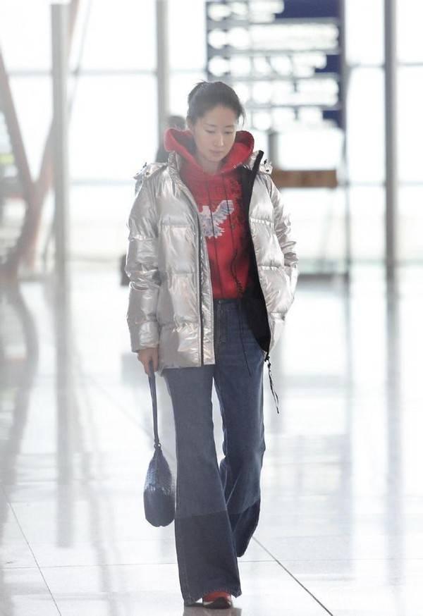 刘敏涛也太会穿了吧!羽绒服搭配粉色毛衣 温度风度一把抓