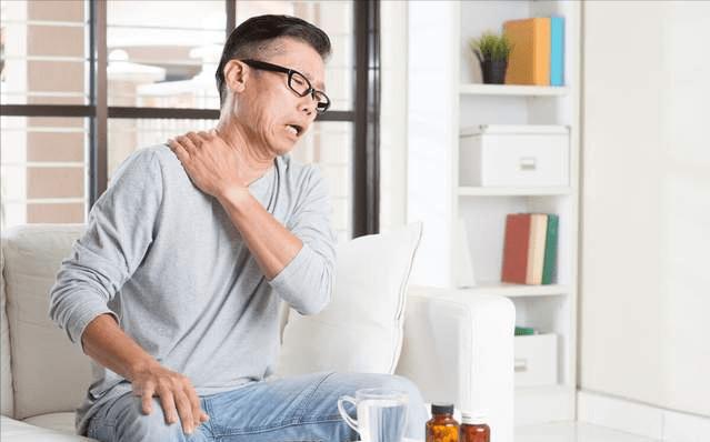 长期肩痛不一定是肩周炎,可能是3种癌症的前兆信号!看本文分析
