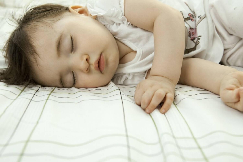 宝宝睡觉不老实,满床打滚扭来扭去是为何?说明你的养育存在问题  第2张