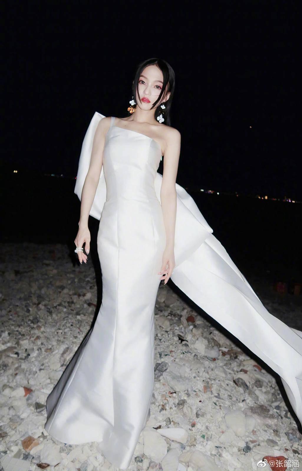 原创             张韶涵高开叉长裙造型,配过膝长靴气场超A,性感迷人不间断