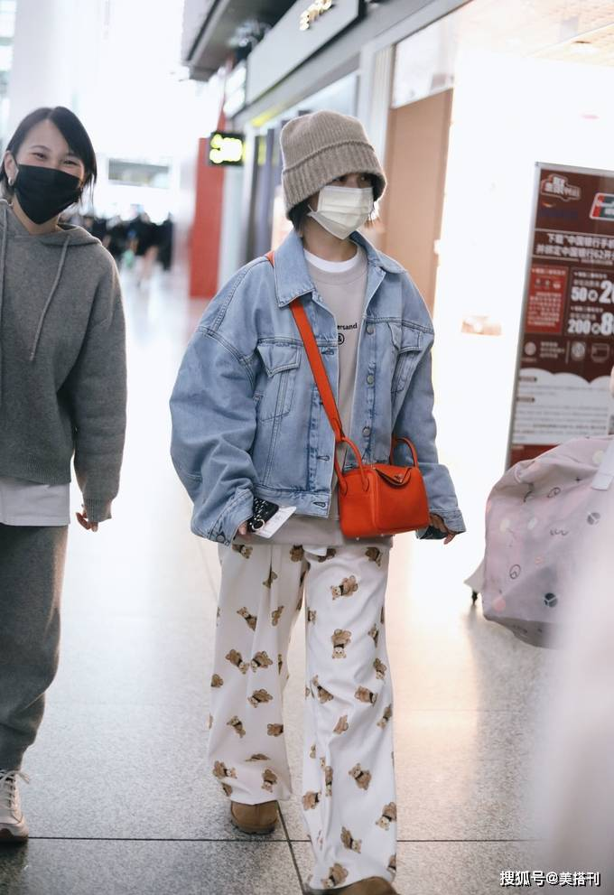 原创             杨丞琳真敢穿,小个子穿长卫衣配印花睡裤和拖鞋,造型舒服慵懒