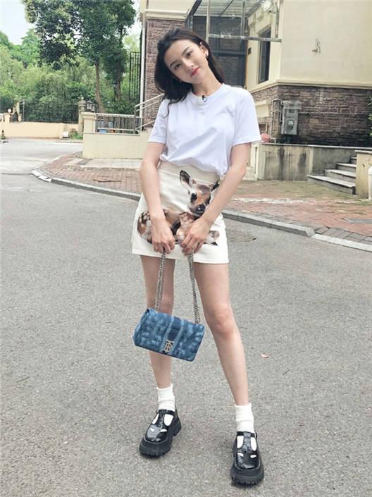 被宋祖儿的气质折服,白色T恤配印花短裙,简单款式穿出高级感!