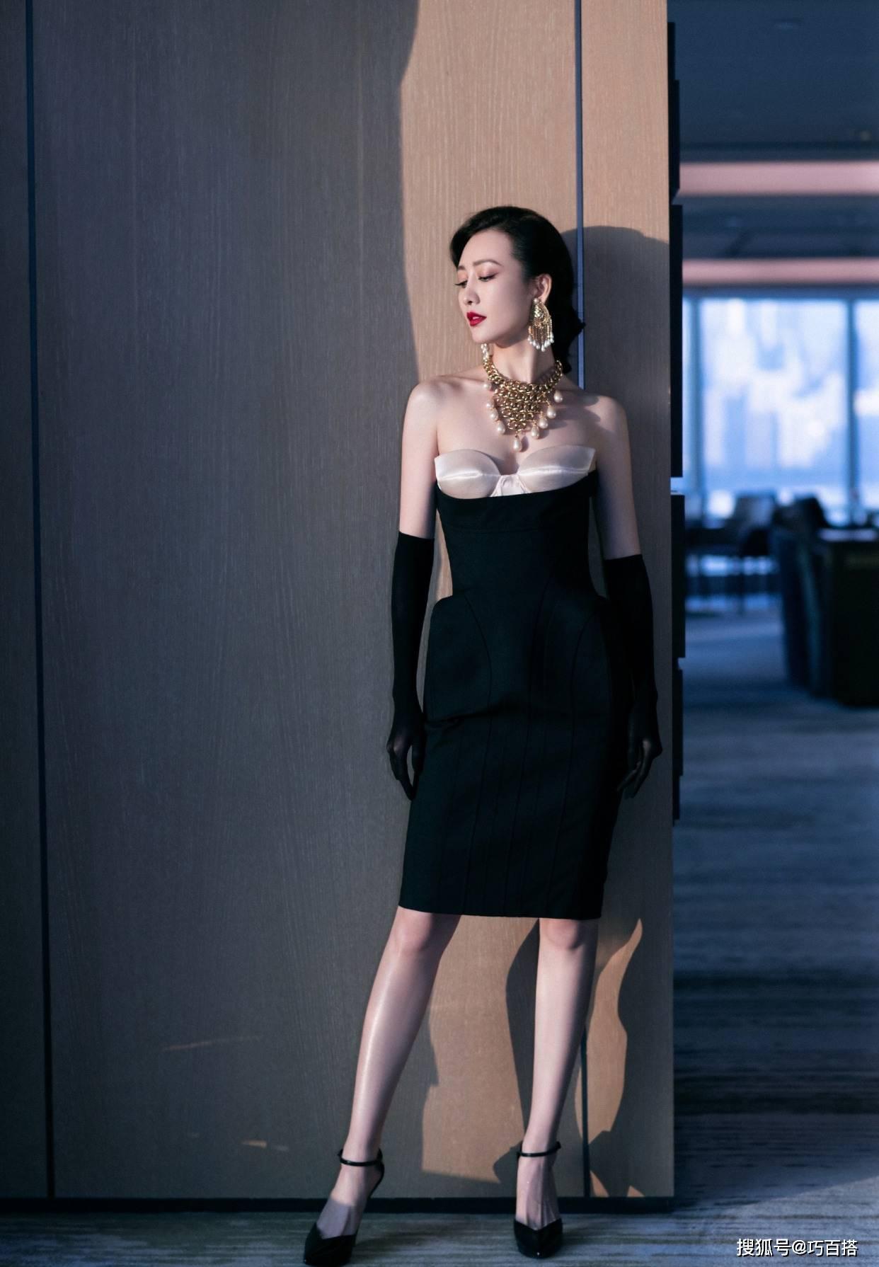 王鸥这也太好看了!修身连衣裙勾勒s曲线,成熟女人的韵味