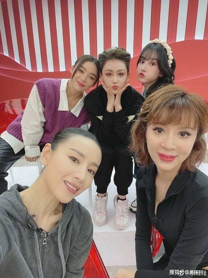 原创             袁姗姗晒34岁庆生照,张馨予穿绿T短发出镜,两位姐姐感情真好