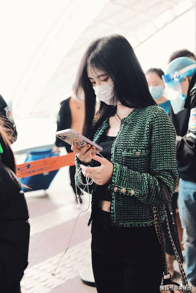 鞠婧祎最新机场私服,绿色小香风外套复古优雅,露出肚脐身材好绝