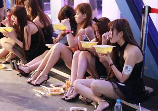 走在越南街头,晚上姑娘问吃不吃香肠,这是啥意思?
