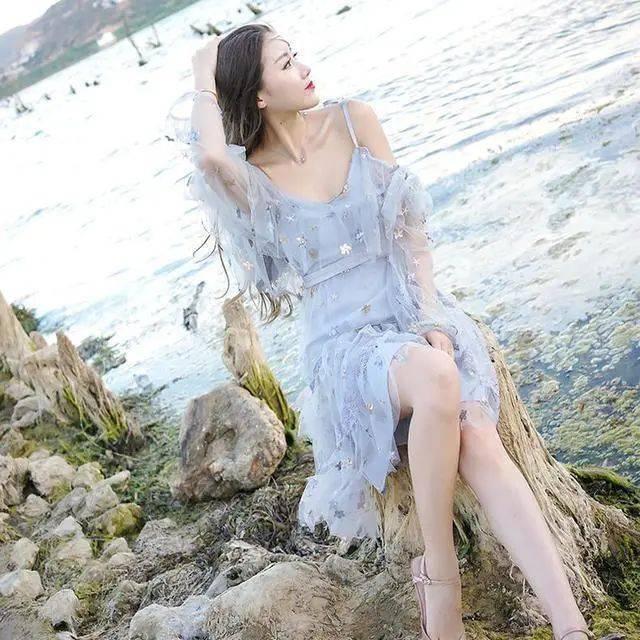 原创             柳岩真是人间尤物,一袭深V亮片裙闪耀迷人,S型曲线撩到心坎上