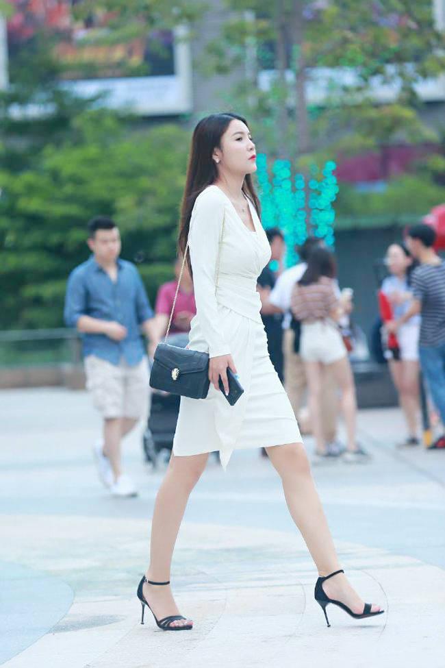 原创             白色连衣裙勾勒妙曼身姿,穿出成熟女性独有的美!大气且优雅