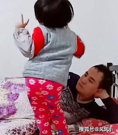 """原来的""""心不在焉的爸爸""""带着宝宝走红,面对一记耳光,爸爸:你开心了。"""