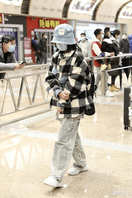 原创             小沈阳一家三口罕见走机场,14岁女儿身高已超妈,打扮超酷大变样