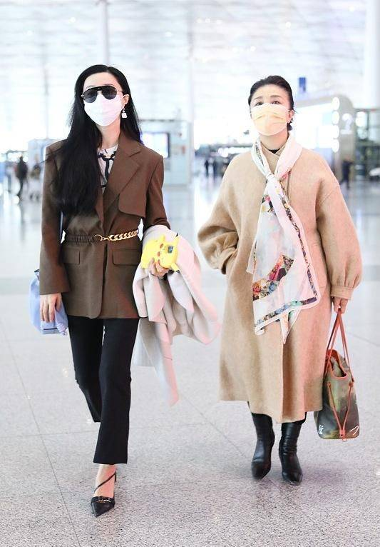 原创             范冰冰母女走机场,她穿西装踩尖头高跟重展雄风,母女气场太强劲
