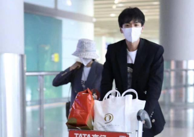 张若昀携妻子度假返来,独自履行李太体贴,唐