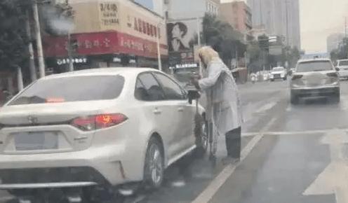 乞讨老人频敲车窗要钱却有存款二十万,警方:已行拘