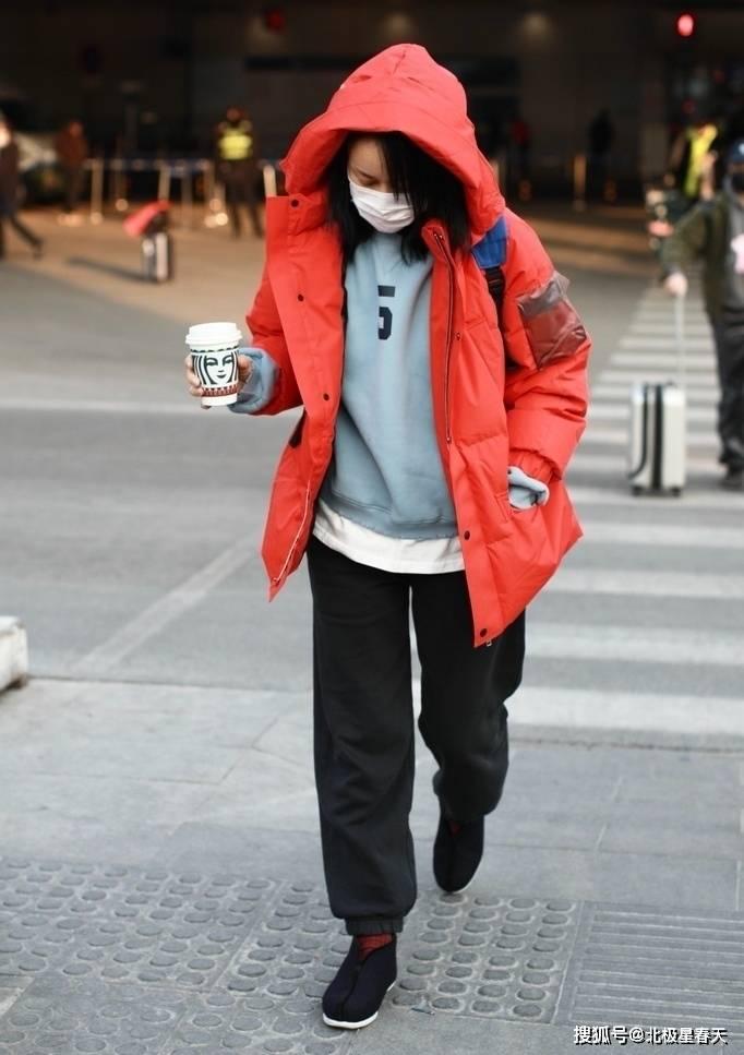 那英时髦起来真洋气,黑白卫衣配小脚裤瘦不少,素颜气质不像53