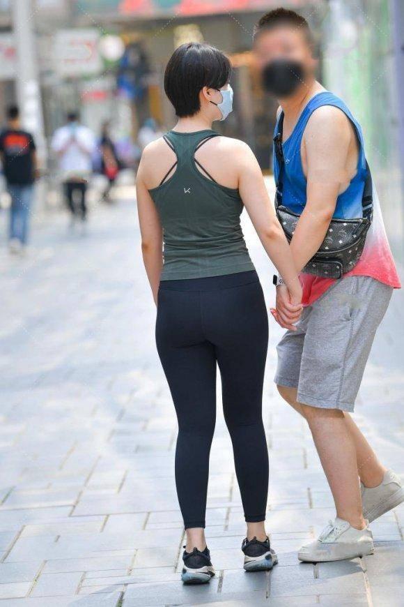 爱运动的女孩就是有活力,墨绿色运动背心配黑色健美裤,清爽靓丽
